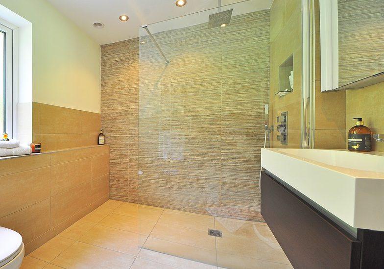 C mo limpiar mamparas de ba o para que luzcan impecables - Como limpiar el bano ...