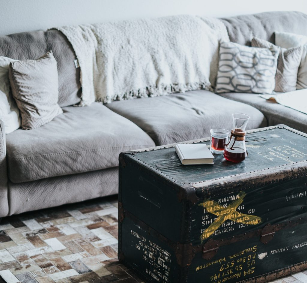 Trucos para limpiar manchas comunes de un sof de tela - Como limpiar un sofa ...