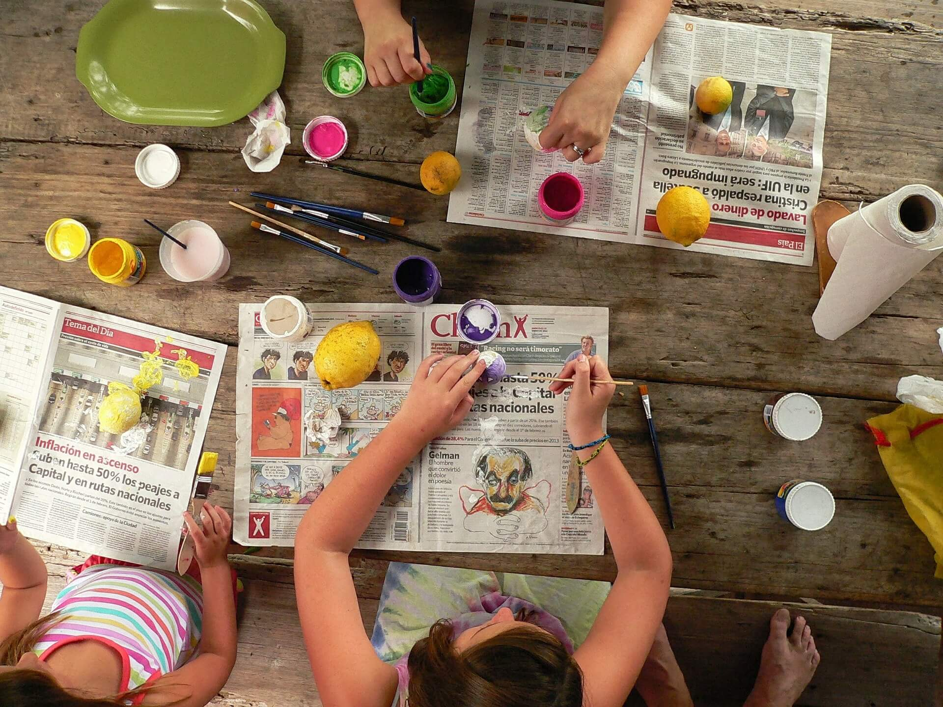 Niños pintando y haciendo sus manualidades.