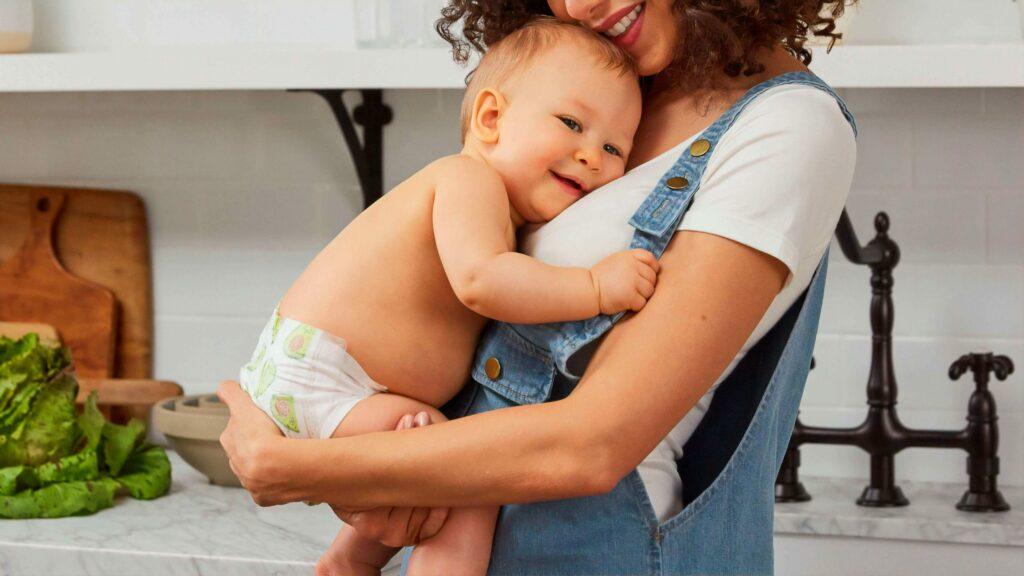 Una madre, sonriente con su hijo.
