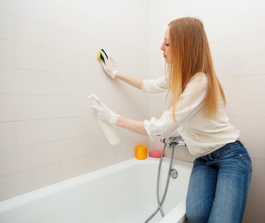 como limpiar moho bañera