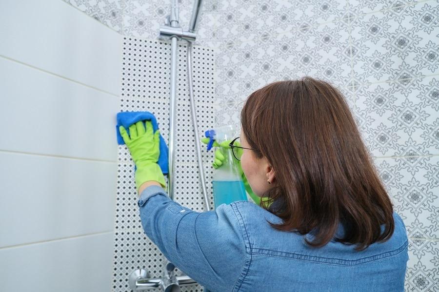 como limpiar moho del baño